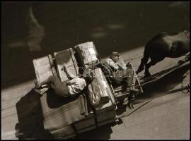cca 1932 Kinszki Imre (1901-1945) budapesti fotóművész hagyatékából, vintage NEGATÍV (pihen a kocsis és a rakodó munkás), 5x4 cm