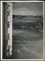 cca 1932 Kinszki Imre (1901-1945) budapesti fotóművész hagyatékából, jelzés nélküli vintage fotó (Látkép a lakás ablakából), 17,8x13 cm