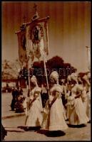 cca 1932 Mezőkövesd, úrnapi körmenet, hidegpecséttel és matricával jelzett vintage fotóművészeti alkotás Kerny István (1879-1963) budapesti fotóművész hagyatékából, kasírozva, 36x23 cm