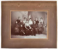 cca 1905 Szép családi emlék, jelzés nélküli vintage fotó, 16,8x22,5 cm, karton 29,3x35 cm
