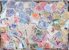 Több ezer magyar bélyeg 1950-es évekből és az azelőtti előtti időszakból sok érdekességgel, szaloncukros dobozban