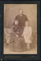 cca 1890 Uj-Pest, Szeredniczky fényirdai (!)műtermében készült, keményhátú vintage fotó, a felirat szerint: Névy Lászlóról és feleségéről Schneider Emmáról, valamint adoptált leányukról, 16,7x11,2 cm