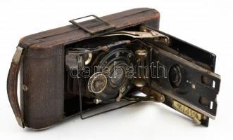 Voigtländer IBSOR fényképezőgép Anastigmat Voigtar 1:6,3, F=10,5 cm objektívvel, 6x9 cm filmformátumhoz, kopott, a hátán sérült, 17x8x3,5 cm