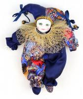 Bohóc vagy harlekin ruhában, porcelán fejjel és kézzel. Kézzel festett, jelzés nélkül, apró kopásnyomokkal, m: 22 cm