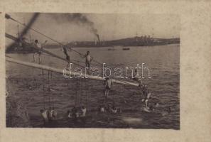 Legénység fürdőzése / WWI Austro-Hungarian Navy, K.u.K. Kriegsmarine, mariners bathing. Verlag Rotes Kreuz Atelier Pola. photo (fl)