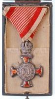 1915. Koronás Ezüst Érdemkereszt a Vitézségi Érem szalagján karikán jelzett Ag kitüntetés mellszalagon, függesztőkarikán BACHRUCH BUDAPEST gyártói jelzéssel, eredeti, kissé sérült ETUIS- U. KASSETTENFABRIK IG. BERGMANN WIEN VII dísztokban, az adományozásról szóló 1928-as levéltári igazolvánnyal T:2 zománchiba, peremen lyuk Hungary 1915. Silver Cross of Merit with Crown on war ribbon hallmarked Ag decoration with ribbon, on suspension ring with BACHRUCH BUDAPEST makers mark, in original, sligthly damaged ETUIS- U. KASSETTENFABRIK IG. BERGMANN WIEN VII case, with archival certificate from 1928 C:XF enamel error, hole on the edge NMK 223.