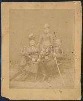 cca 1855 Katonatiszt és családja, felületi tisztítást igénylő, vintage fotó, 11,5x9,5 cm, karton (sarka hiányos) 14,2x11,8 cm