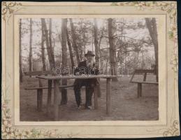 cca 1910 Pihenő a ligetben, jelzés nélküli vintage fotó, 11x15 cm, karton 14,8x19,2 cm