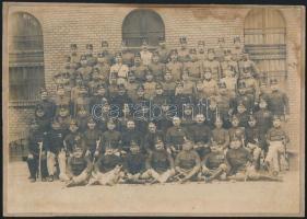 cca 1900 Katonai csoportkép, vintage fotó kasírozva, sarkán foltos, 16x22,6 cm