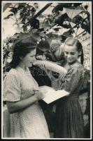 cca 1950 Szovjet propaganda fénykép, pecséttel jelzett vintage fotó, kisebb hibákkal, 23,1x15,2 cm