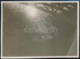 cca 1930 Kinszki Imre (1901-1945) budapesti fotóművész hagyatékából, jelzés nélküli vintage fotó (Híd alatti tükröződés), 6x8,3 cm