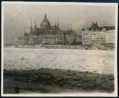 1929 Kinszki Imre (1901-1945) budapesti fotóművész hagyatékából, a szerző által feliratozott vintage fotó (Budapest, Országház, ez a szerző 81. számú felvétele), 6,2x8,3 cm