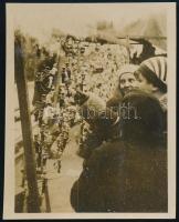 1931 Kinszki Imre (1901-1945) budapesti fotóművész hagyatékából, a szerző által feliratozott vintage fotó (Bp., vásárban), 5,5x4,4 cm