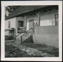 cca 1936 Kinszki Imre (1901-1945) budapesti fotóművész hagyatékából, jelzés nélküli vintage fotó (Verőcei ház teraszán), 6,5x6,4 cm