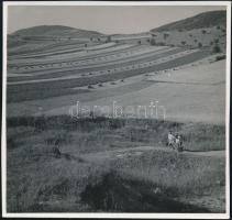 cca 1933 Kinszki Imre (1901-1945) budapesti fotóművész hagyatékából, jelzés nélküli vintage fotóművészeti alkotás (turisták), 17,2x18,5 cm