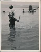 1936 Kinszki Imre (1901-1945) budapesti fotóművész hagyatékából, jelzés nélküli vintage fotóművészeti alkotás (Dunai strandon), 17x13,2 cm