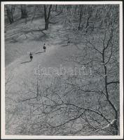 cca 1936 Kinszki Imre (1901-1945) budapesti fotóművész hagyatékából, pecséttel jelzett vintage fotóművészeti alkotás (Kiránduláson), 20,5x18 cm