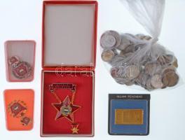 Vegyes magyar és külföldi fémpénz tétel ~130g-os súlyban + 1983. Naptárérem aranyozott fém emlékplakett eredeti, de sérült ÁPV tokban + ~1970. Szocialista Brigád arany fokozatú jelvény miniatűrrel, tokban + ~1970. Szocialista Brigád ezüst fokozatú jelvény miniatűrrel, tokban + ~1970. Kiváló Dolgozó kitüntetés miniatűrrel, tokban T:vegyes