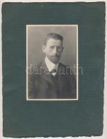 cca 1900 Jelzés nélküli műtermi portré, vintage fotó, a lefényképezett férfi csíptetős szemüveget visel, ez a motívum ritkán tűnik fel a fényképeken, 14x9,3 cm, karton 26x19,8 cm