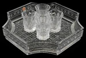 Nyolcszögletű kristály tálca, 4 db kristály pohárral, rajtuk kis csorbákka, tálca: 26x26 cm, pohár: 7 cm