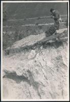 cca 1933 Kinszki Imre (1901-1945) budapesti fotóművész hagyatékából, jelzés nélküli vintage fotóművészeti alkotása (Fotóstárs), 17x11,6 cm