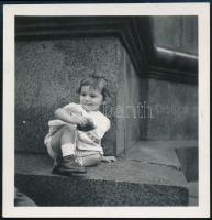 1935 Kinszki Imre (1901-1945) budapesti fotóművész által feliratozott és datált vintage fotó a hagyatékából (Scheiber Eszter), 6,5x6,2 cm