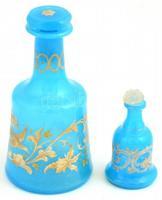 2 db antik, kék üvegcse. Formába fújt, kézzel festett, aranyozott, kevés kopással, a nagyobbik üvegdugóján kis lepattanással, a kisebb nem hozzáillő dugóval. m: 14 cm, 8 cm.