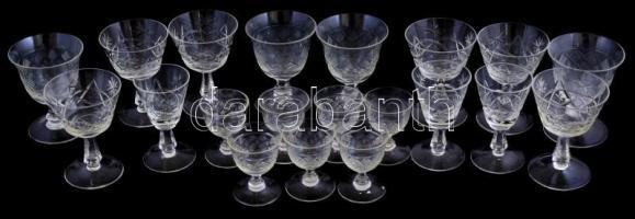 20db különféle, Ajka kristály poharak, némelyiken kis csorbákkal, jelzetlenek, m: 7 cm és 10,5 cm közötti méretekben