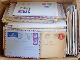 Kb 500 db vegyes külföldi levél dobozban, közte légi küldemények, sok régebbi levél, expressz, jó motívum bélyegek stb. Érdemes belenézni!