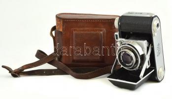 Welta Welti I., fényképezőgép, Zeiss Tessar f/2.5, 50 mm objektívvel, Vebur zárszerkezettel, bőr tokban, az alján a csavaron, és a bőr tokon zöld foltokkal.