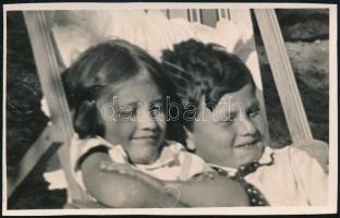 cca 1935 Kinszki Imre (1901-1945) budapesti fotóművész hagyatékából, a szerző által feliratozott, vintage fotó (Kinszki Gáborka és ??), 7,7x12,3 cm