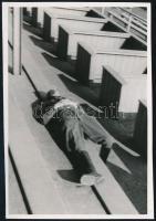 cca 1934 Kinszki Imre (1901-1945) budapesti fotóművész hagyatékából jelzés nélküli vintage fotó (Pihenő), 8,3x6 cm