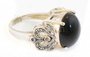 Ezüst(Ag) gyűrű, markazittal és szintetikus fekete kővel, jelzett, méret: 59, bruttó: 10 g