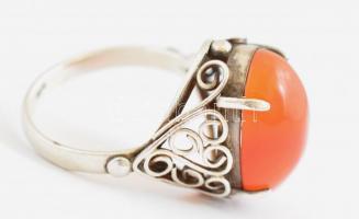 Ezüst(Ag) gyűrű, karneollal, jelzett, méret: 52, bruttó: 4,14 g