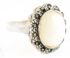 Ezüst(Ag) gyűrű, markazittal és gyöngyházzal, jelzett, méret: 54, bruttó: 3,8 g