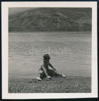cca 1932 Kinszki Imre (1901-1945) budapesti fotóművész hagyatékából, jelzés nélküli vintage fotó (vízparti játék), 6,3x6,1 cm