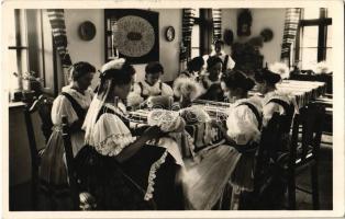 1937 Halasi Csipkeház. Magyar folklór / Hungarian folklore from Kiskunhalas, lace-house, interior (EK)