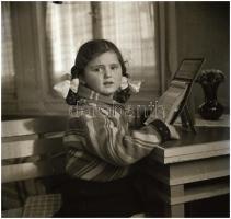 cca 1936 Kinszki Imre (1901-1945) budapesti fotóművész hagyatékából vintage NEGATÍV (Kinszki Juditkáról), 6x6 cm
