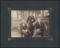 cca 1910 Értelmiségi fiatalemberek, középen Hillebrand Károly a kép felirata szerint, jelzés nélküli keményhátú vintage fotó, 11,6x16,5 cm