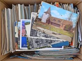 Közel 1.000 darabos, tartalmas és változatos külföldi képeslap tétel sok tengerentúlival. Érdekes színes anyag karton dobozban!!