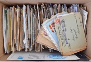 Több mint 1.000 darabos, tartalmas és változatos külföldi levéltétel benne köznapi és alkalmi küldemények, FDC-k, díjjegyesek, tengerentúliak, régiek is, megtömött hullámkarton dobozban. Érdekes színes anyag, gyűjtőnek vagy továbbadásra egyaránt alkalmas!