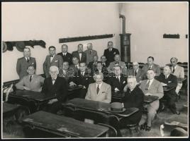 cca 1928 Budapest, öreg diákok találkozója régi osztálytermükben, Pobuda Alfréd fényképész pecsétjével jelzett vintage fotó, 17,2x23,3 cm