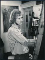 cca 1983 Hegedűs Vilmos festőművészről készült vintage fotó, Várnai György felvétele, feliratozva, 24x18 cm