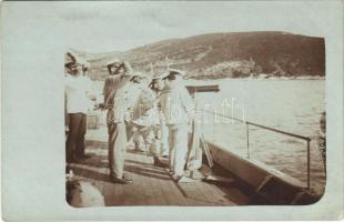 1916 SMS Blitz Osztrák-Magyar Monarchia Komet-osztályú torpedóhajója (őrhajója), gépfegyver tüzelés közben / K.u.K. Kriegsmarine SMS Blitz / Austro-Hungarian Navy Komet-class torpedo boat SMS Blitz, machine gun. photo