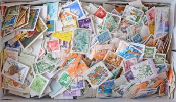 Legalább 6.000 db képes és forgalmi bélyeg ömlesztve cipős dobozban