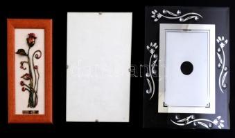 2 db képkeret, egyik kopásokkal, 18x13 cm, tükrös keret külső: 22x17 cm, belső: 16x11 cm + Fém virág keretben, hátulján ajándékozási sorokkal, külső: 17x9 cm, belső: 14x6 cm
