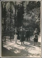 cca 1935 Kinszki Imre (1901-1945) budapesti fotóművész hagyatékából, jelzés nélküli vintage fotó (Délutáni séta), 17,1x12,7 cm