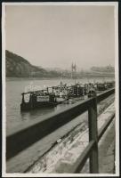 cca 1935 Kinszki Imre (1901-1945) budapesti fotóművész hagyatékából, jelzés nélküli vintage fotó (Rakpart a pesti oldalon), 9x6 cm