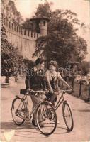 1943 Szerelmespár kerékpáron / Couple on bicycles (EK)