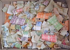 Több ezer régi magyar bélyeg, főleg postatiszta Turul, Árvíz, Hadisegély, kevés bélyegzett és újabb, közte sok összefüggés, dobozban. Érdekes anyag, magas katalógus érték!!!